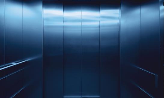 Barrierefreier Aufzug für Kunden im Modehaus