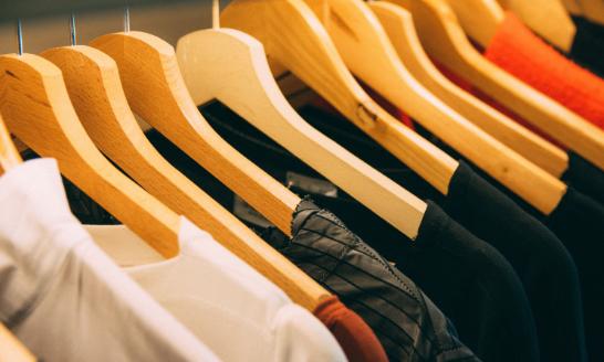 Herrenmode an Kleiderstange im Modehaus Biewendt